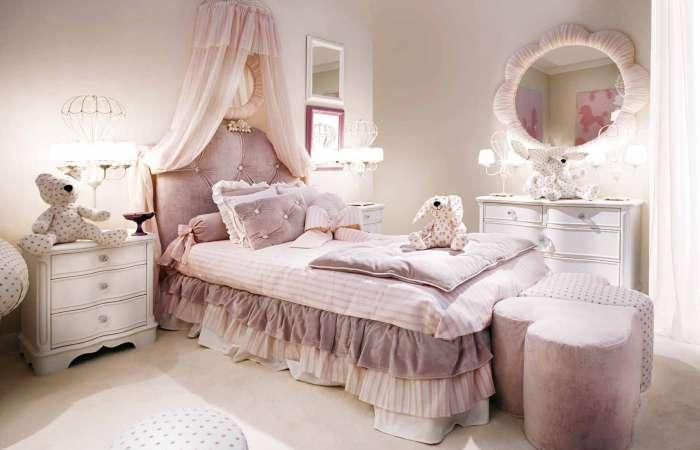 Łóżko z zagłówkiem,komody i pufy w kształcie serca z kolekcji mebli Vicky